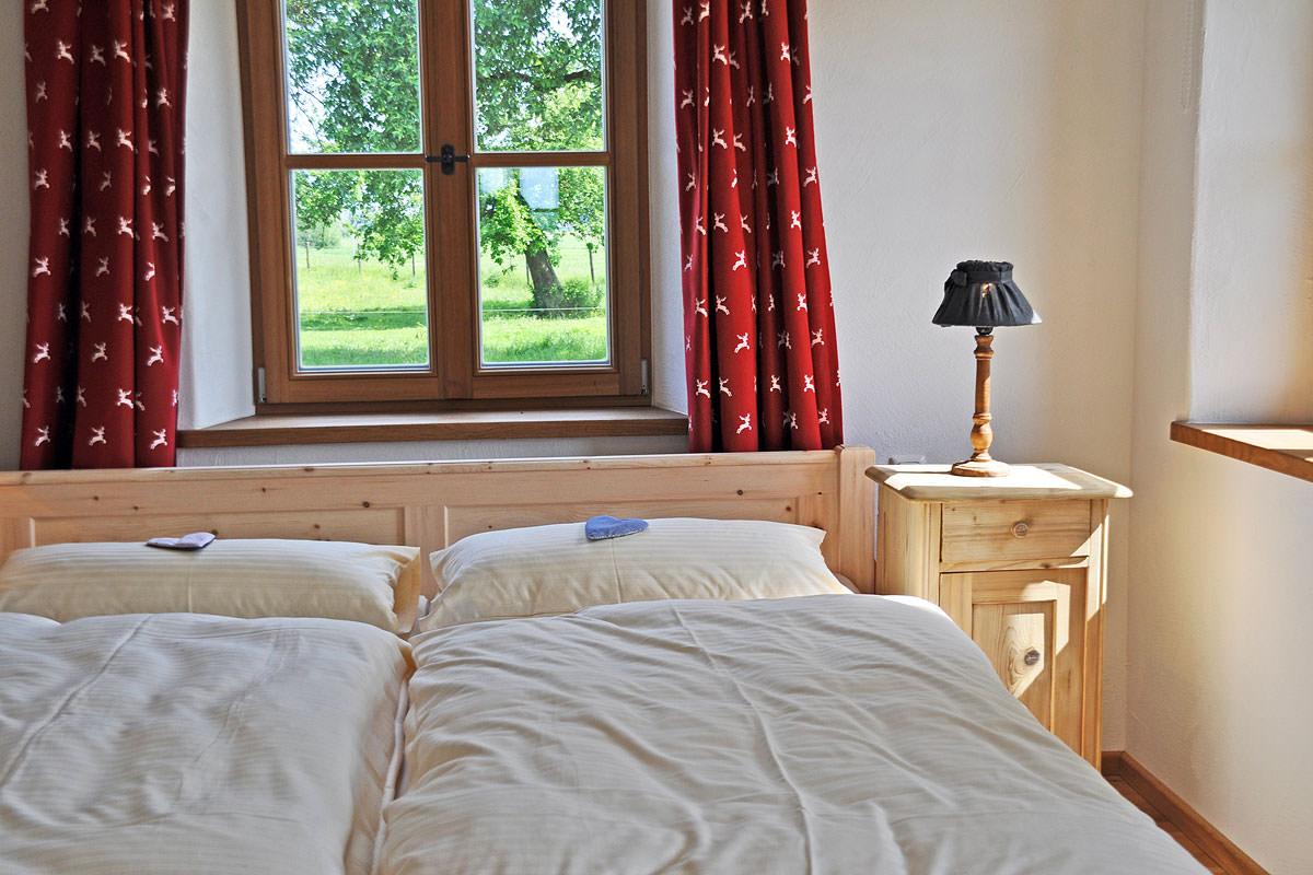 Romantisches Schlafzimmer mit Zirbenholzbett in der Fewo Sophie
