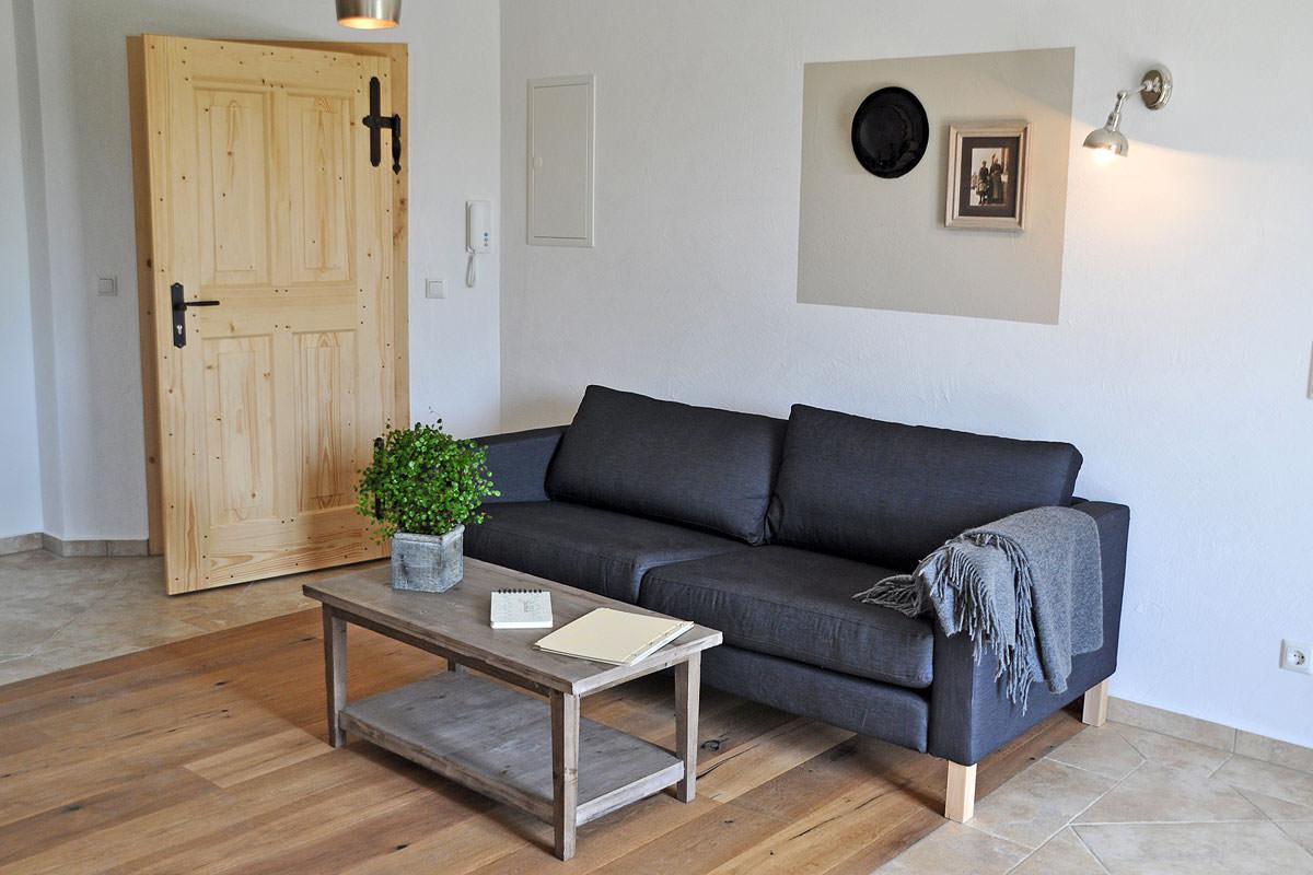 Modernes und urgemütliches Wohnzimmer in der Ferienwohnung Sophie